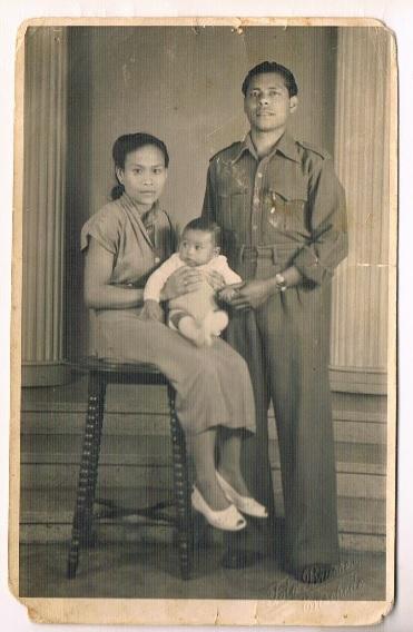 Joosts vader met zijn ouders in Ybenhaer (een kamp in Fochteloo), waar hij zijn eerste levensjaren woonde.
