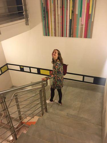 Rebecca op weg van huis naar haar werk. Eén trap naar beneden.
