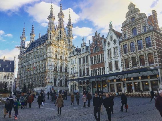 De Grote Markt in Leuven, met het prachtige stadhuis.