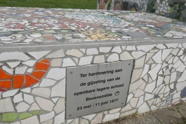 Ter nagedachtenis aan de schoolgijzeling staat er een groot kunstwerk van mozaïek op de brink.
