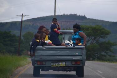 Een goedkope manier van vervoer die je veel ziet in Swaziland: een pick-uptruck als taxi aanhouden.