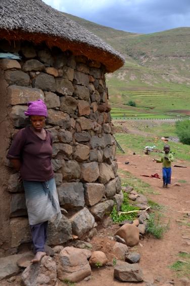 Basotho's bij hun stenen rondavel in het arme binnenland van Lesotho.