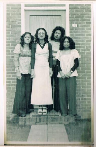 Joosts vader met enkele van zijn zussen voor hun 'rumah tua', ofwel ouderlijk huis, in de Molukse wijk in Oosterwolde.