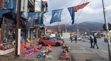 Een veelvoorkomend beeld in het grootste deel van Kosovo. Kosovaarse vlaggen worden afgewisseld met Albanese vlaggen. Bron: F. Wolters, 2016. Bewerking: Kevin van Huët.