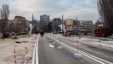 De brug over de Ibar in Mitrovica vanuit het Albanees-Kosovaarse deel. Op de achtergrond is het betonnen muurtje te zien. Bron: F. Wolters, 2016. Bewerking: Kevin van Huët.