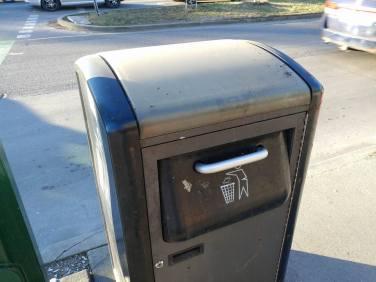 Prullenbak die met behulp van zonnepanelen het afval 'crusht'.