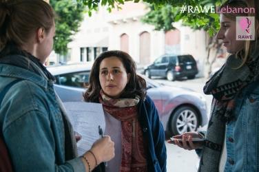 Marly in actie tijdens de interviews die in Beiroet op straat werden afgenomen. [foto's van de organisatie]