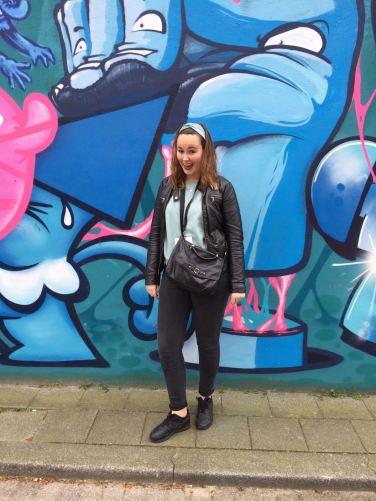 Iris in actie tijdens de streetart-wandeling door Rotterdam.