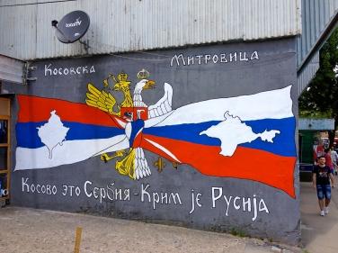 Servië en Rusland zijn van oudsher trouwe bondgenoten. Op deze muurtekening is te zien dat Servië Rusland steunt in de annexatie van de Krim. Bron: Allan Leonard (Flickr, cc).
