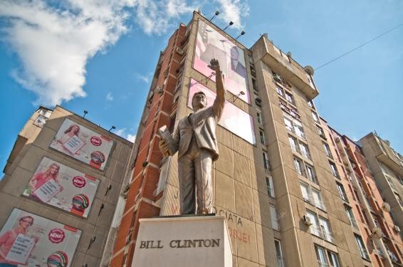 Een standbeeld van voormalig Amerikaanse president Bill Clinton in de Kosovaarse hoofdstad Priština. Bron: Marco Fieber.