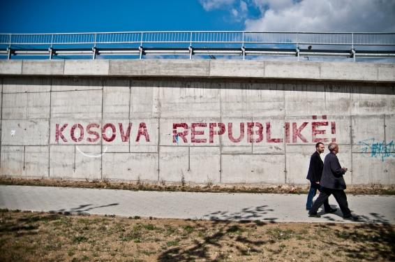 Straatbeeld in Priština. Bron: Marco Fieber.