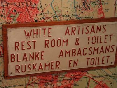 Zomaar een bordje dat je zou kunnen tegenkomen in Zuid-Afrika ten tijde van de apartheid. Bron: Joonasl (Flickr, cc).