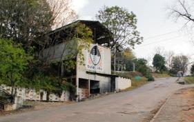 Het museum van Bulembu, met het beeldmerk op de gevel. In de tijd van de mijnbouw werden de blokken asbest vanaf hier met de kabelbaan naar Zuid-Afrika gestuurd. Bron: Kevin van Huët.
