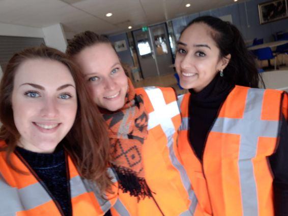 Tegelijk met Milou zijn er nog twee andere trainees begonnen bij de gemeente Rijswijk. Hier liepen ze een dag mee met de wijkdienst, die onder andere over het groenbeheer en de reiniging gaat.